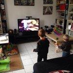 dziecko grające na kinekcie
